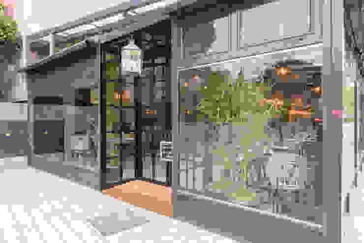 fachada restaurante: Ventanas de estilo  de Loema Reformas Integrales Madrid