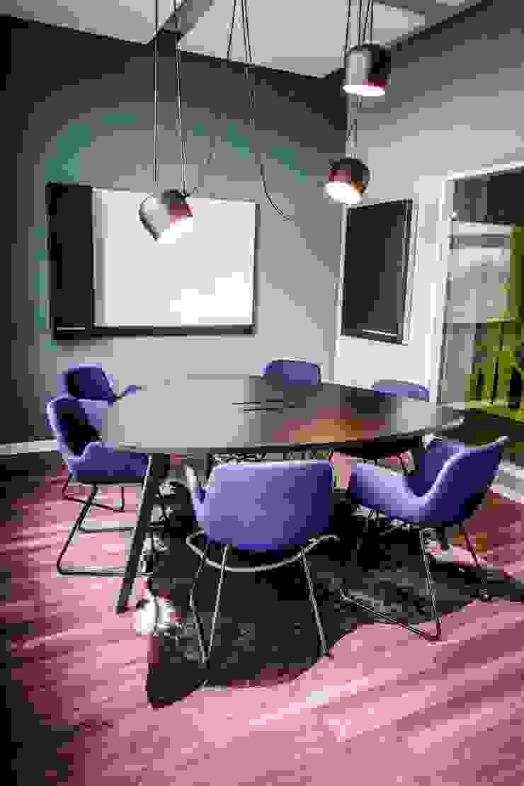 Meetingraum mit Design Klassiker - warum nicht? Ausgefallene Bürogebäude von Kaldma Interiors - Interior Design aus Karlsruhe Ausgefallen