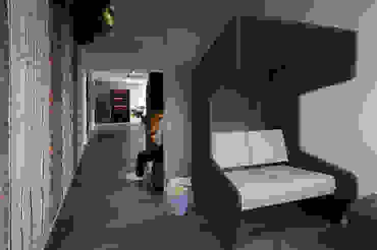 Wie nutze ich clever eine Flurzone? Ausgefallene Bürogebäude von Kaldma Interiors - Interior Design aus Karlsruhe Ausgefallen