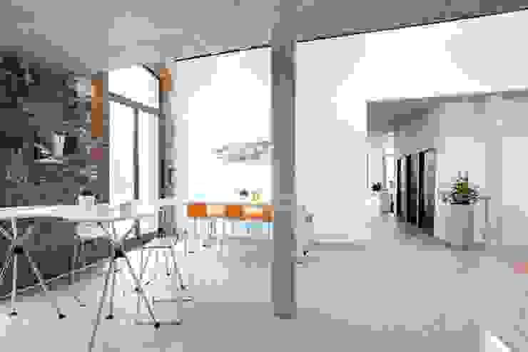 Multifunktionaler Küchenbereich Moderne Bürogebäude von Kaldma Interiors - Interior Design aus Karlsruhe Modern