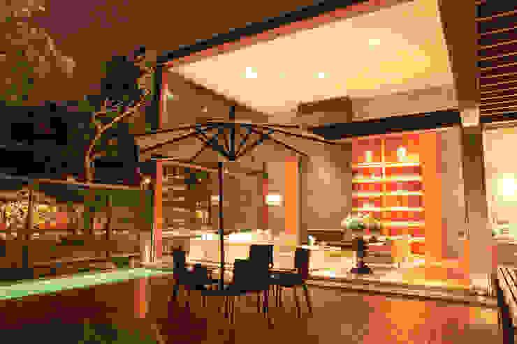 TRAZZO ILUMINACIÓN Balkon, Beranda & Teras Modern