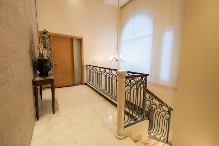 Eclectic style corridor, hallway & stairs by Luis Barberis Arquitectos Eclectic Marble
