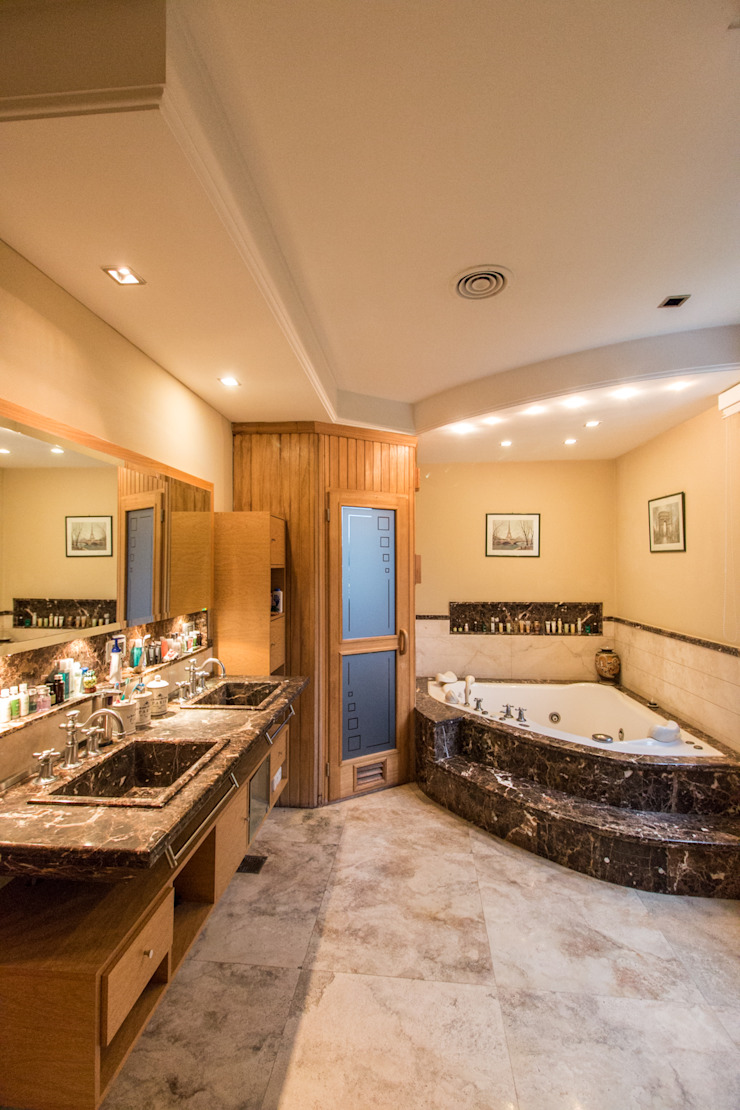 Eclectic style bathroom by Luis Barberis Arquitectos Eclectic Marble