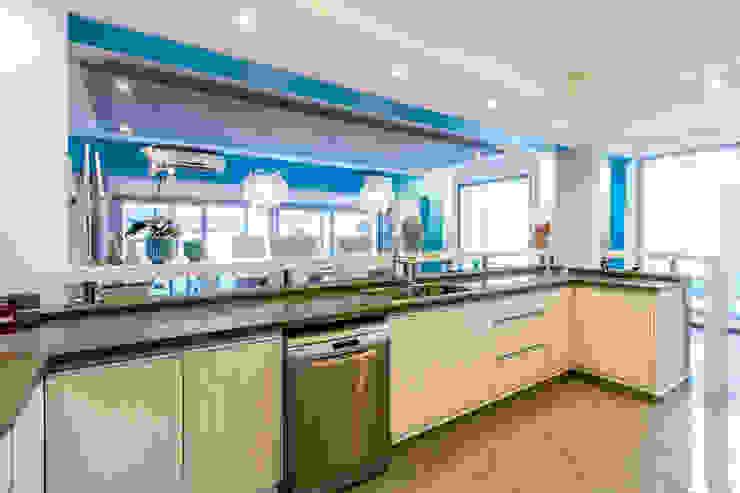 Minimalist kitchen by Luis Barberis Arquitectos Minimalist