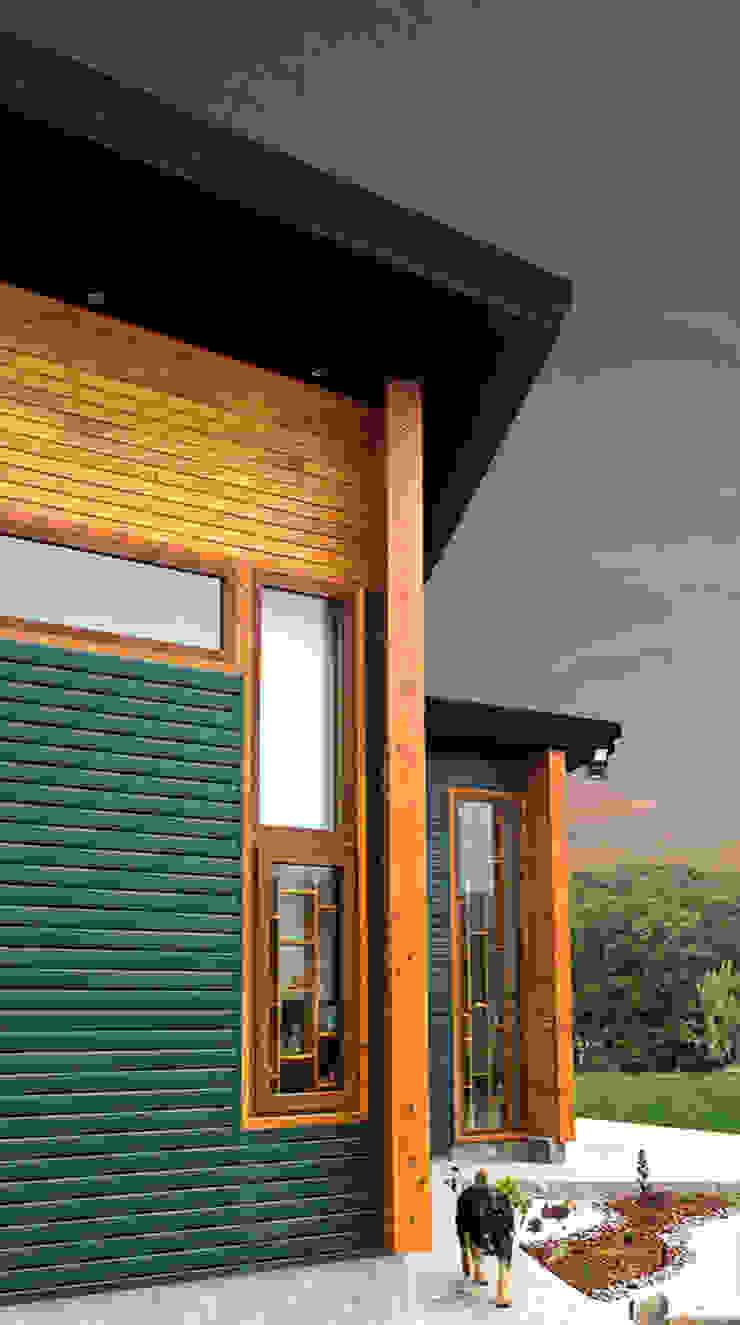Fachada Casas de estilo rústico de Intermedio Arquitectos Rústico Aluminio/Cinc