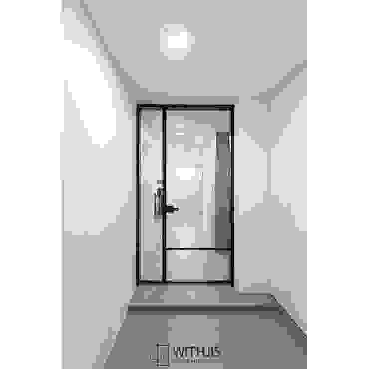 WITHJIS(위드지스) Pasillos, vestíbulos y escaleras modernos Aluminio/Cinc Negro