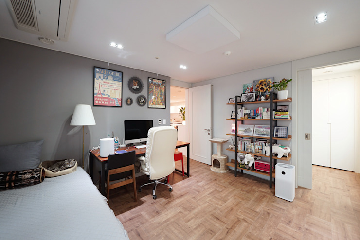 Sala multimediale in stile  di 디자인 아버,
