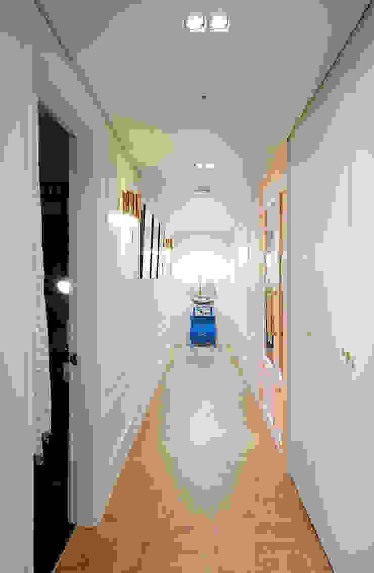 컬러풀 뉴트로하우스 클래식스타일 복도, 현관 & 계단 by 디자인 아버 클래식