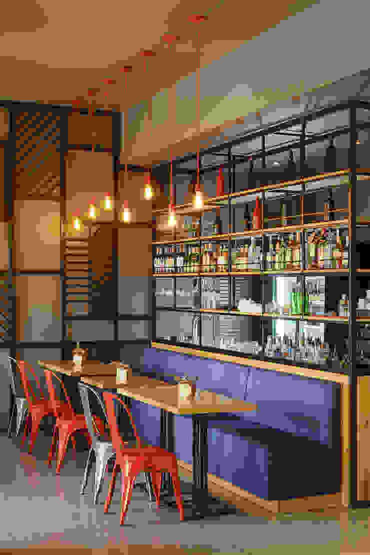 Bares y clubs de estilo minimalista de YUDIN Design Minimalista