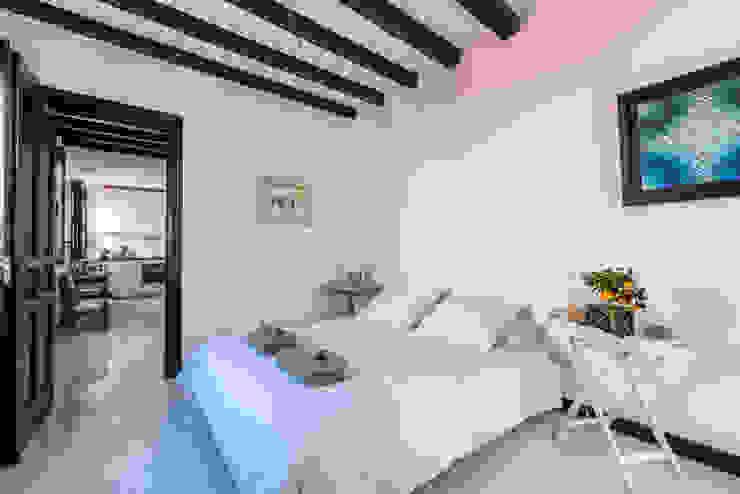 Reforma integral Dormitorio con vigas de madera y suelo epoxi Dormitorios de estilo moderno de Loema Reformas Integrales Madrid Moderno