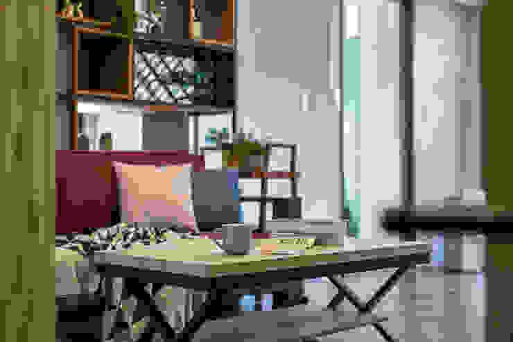 自我的個性表答不受約束的心靈-公園1號 富亞室內裝修設計工程有限公司 客廳 複合木地板 Brown