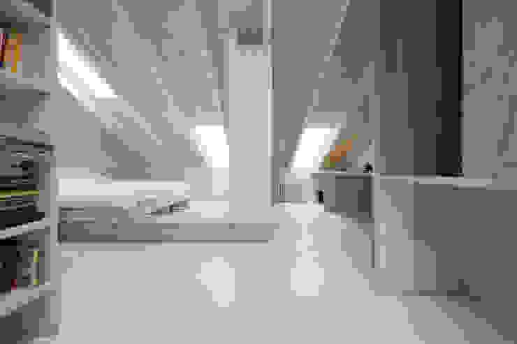 Neuer Dachraum mit einfachen gestrichenen Oberflächen  :  Satteldach von AMUNT Architekten in Stuttgart und Aachen,