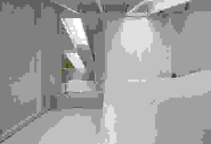Schlafzimmer, die sichtbare Konstruktion gliedert die Raumbereiche und wird Teil des Bettes:  Satteldach von AMUNT Architekten in Stuttgart und Aachen,
