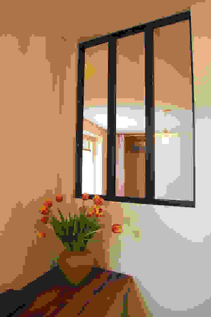 鄉村風格的走廊,走廊和樓梯 根據 Koya Architecture Intérieure 田園風 玻璃