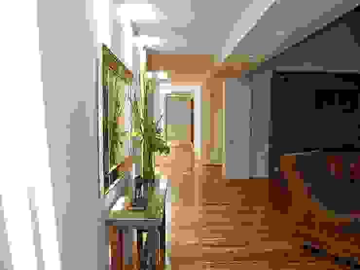 Lobby de acceso a la Zona Privada Salas de estilo minimalista de diseño con estilo ... sas Minimalista
