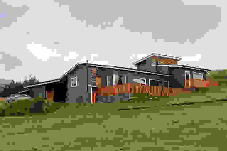 Fachada Sur Oriente casa rural - Arquitectos en Coyhaique Casas de campo Derivados de madera Gris