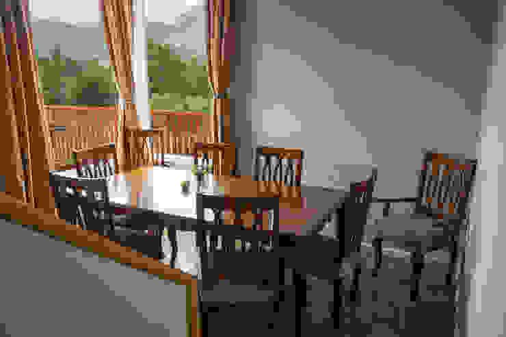Comedor en desnivel Comedores de estilo rural de casa rural - Arquitectos en Coyhaique Rural Derivados de madera Transparente