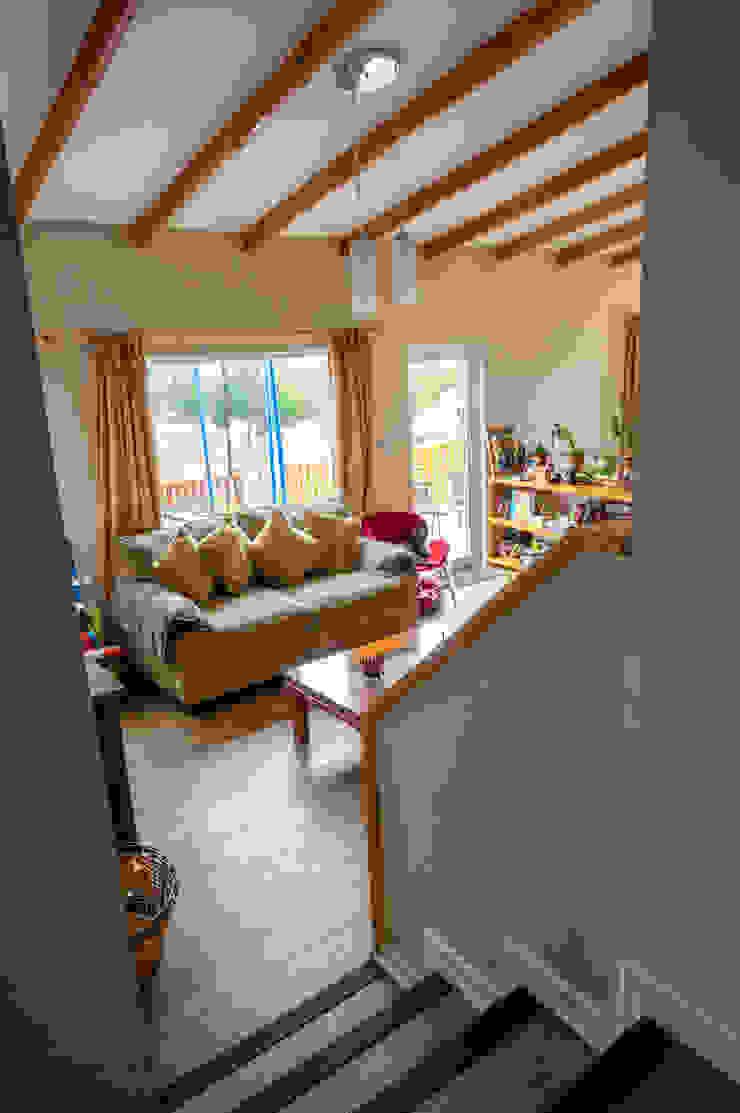 Bajando al Living Livings de estilo de casa rural - Arquitectos en Coyhaique Rural Derivados de madera Transparente