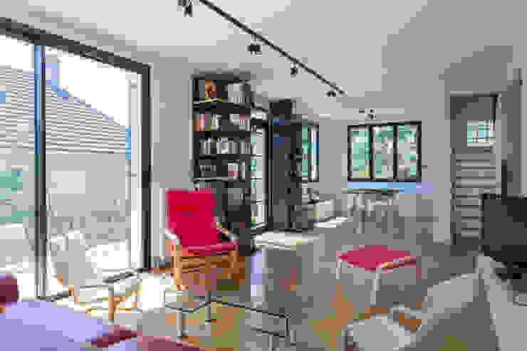 Ruang Keluarga Modern Oleh Fables de murs Modern MDF
