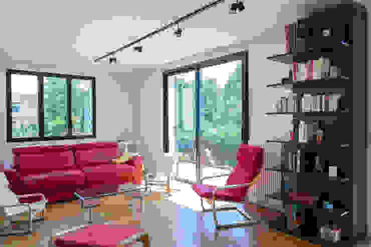 Ruang Keluarga Modern Oleh Fables de murs Modern Kayu Wood effect