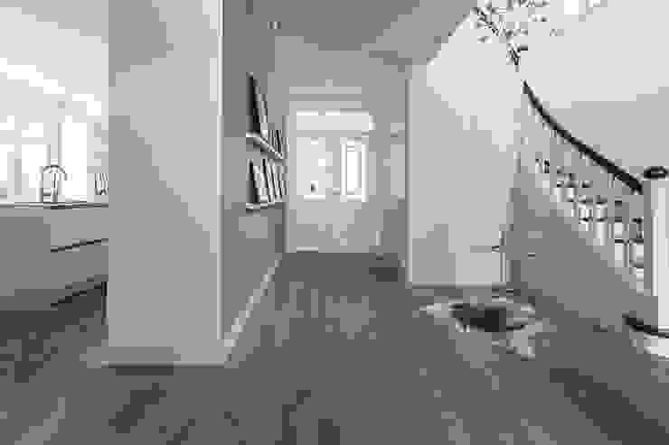 Klassisches Wohnhaus modern formuliert Wechselberger Hiepen GmbH Klassischer Flur, Diele & Treppenhaus