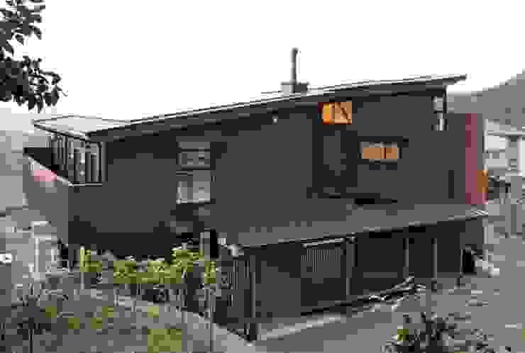 ~山に抱かれた暮らしを楽しむ『自然の潤いと共に暮らす家』 の 西薗守 住空間設計室 モダン