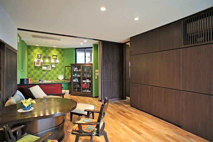 ~山に抱かれた暮らしを楽しむ『自然の潤いと共に暮らす家』 モダンデザインの ダイニング の 西薗守 住空間設計室 モダン