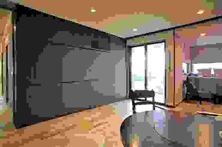 ~山に抱かれた暮らしを楽しむ『自然の潤いと共に暮らす家』 モダンデザインの リビング の 西薗守 住空間設計室 モダン