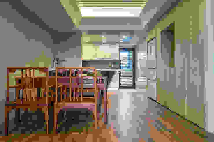 懷舊復古風-看見不一樣的風格與靈魂-全坤峰華: 亞洲  by 富亞室內裝修設計工程有限公司, 日式風、東方風 實木 Multicolored