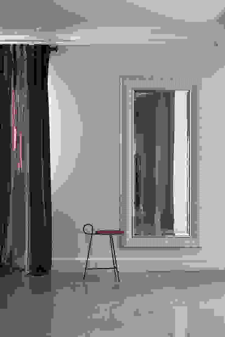 Couloir, entrée, escaliers classiques par Анна и Станислав Макеевы Classique