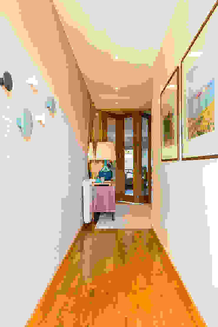 Modern Corridor, Hallway and Staircase by SHI Studio, Sheila Moura Azevedo Interior Design Modern