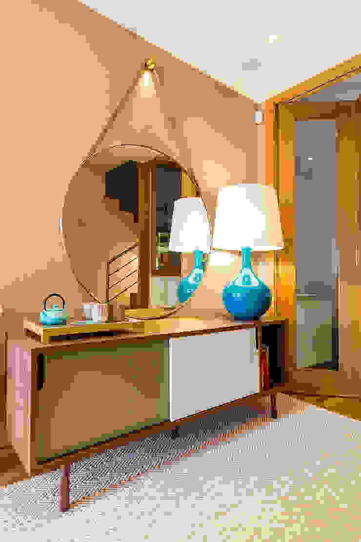 Коридор, прихожая и лестница в модерн стиле от SHI Studio, Sheila Moura Azevedo Interior Design Модерн