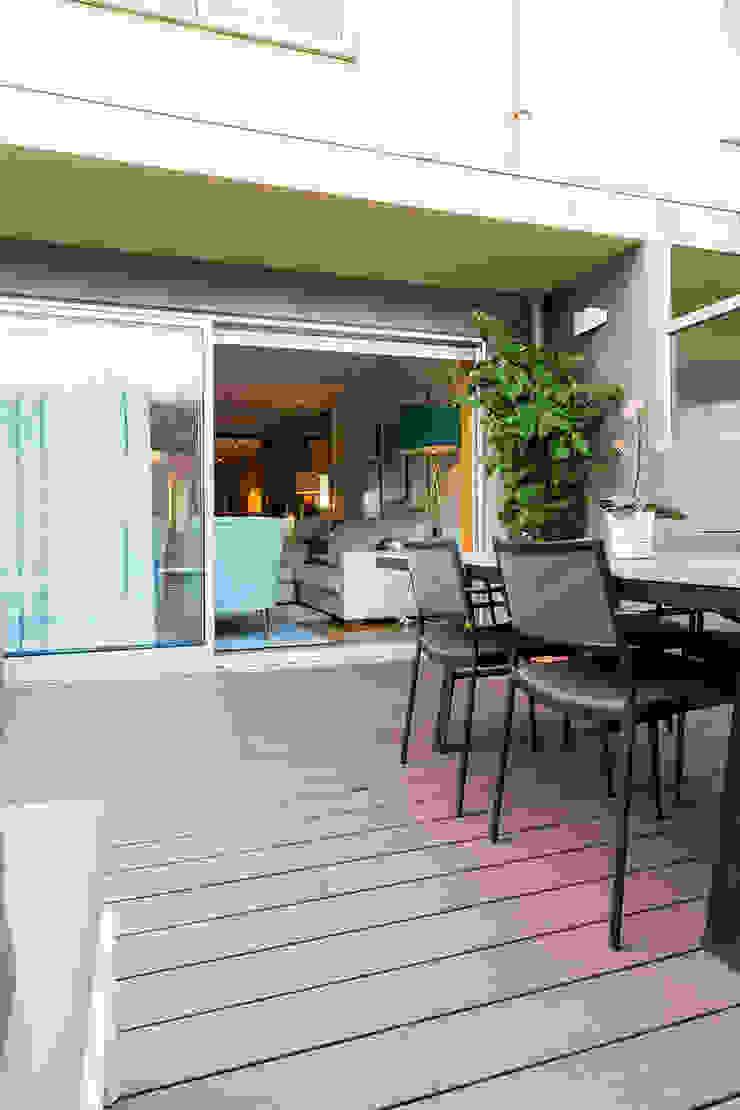 Балкон и терраса в стиле модерн от SHI Studio, Sheila Moura Azevedo Interior Design Модерн