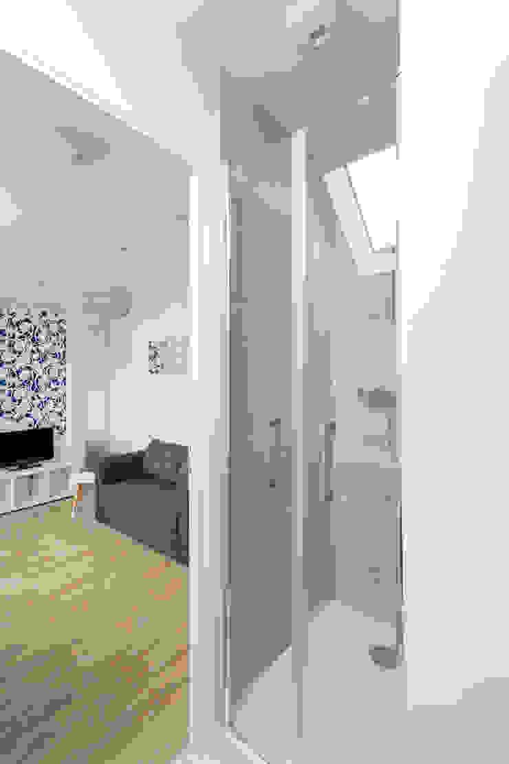 Minimalist style bathroom by Fables de murs Minimalist