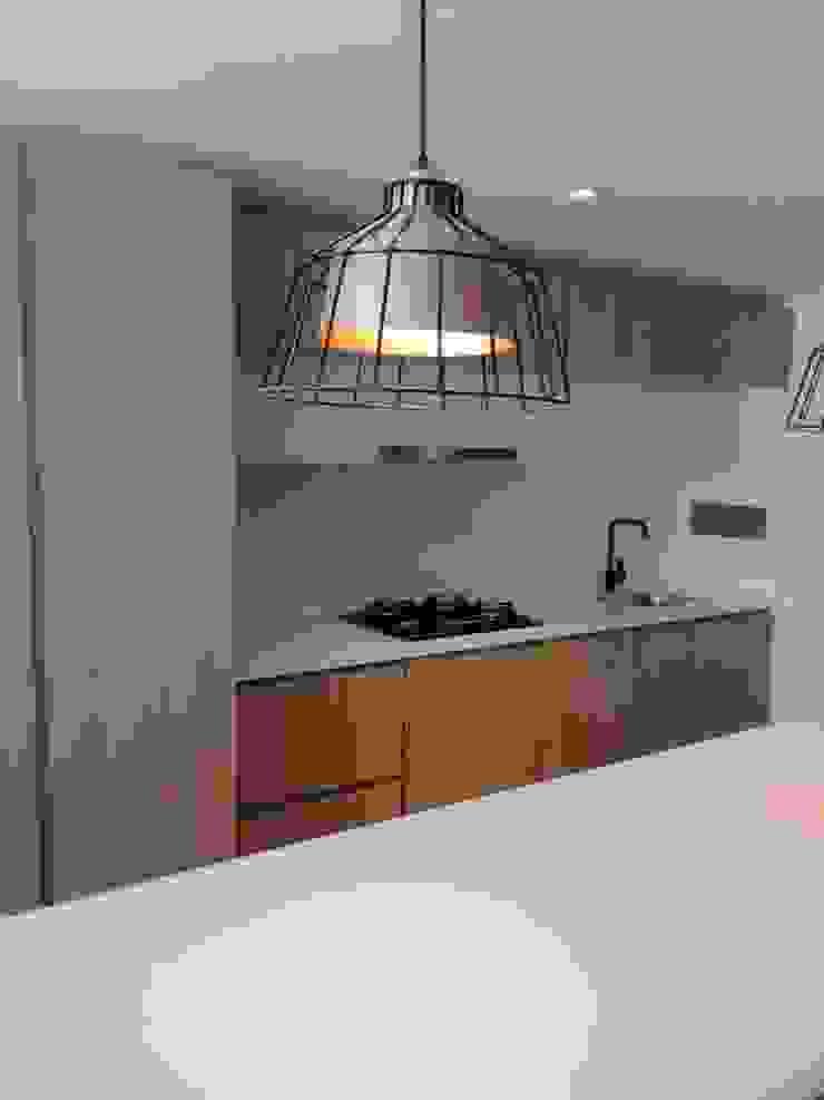 Apartamento 95:  de estilo industrial por QBICUS SAS, Industrial