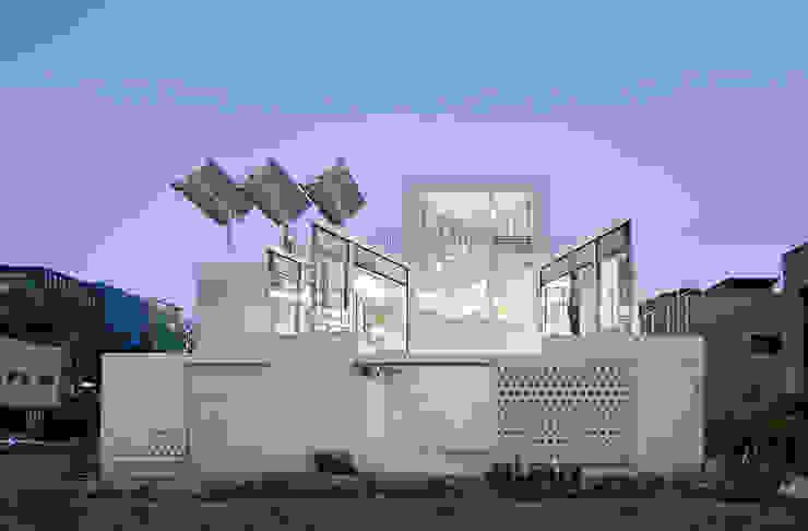 후면: 건축연구소.유토 UTOlabs의  일세대용 주택,모던 콘크리트
