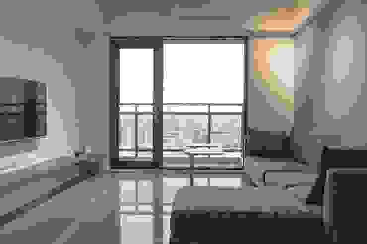 人與光線的親密關係,當陽光不經意的灑落窗前,才發現原來人與光的距離是如此貼近-竹北上選 现代客厅設計點子、靈感 & 圖片 根據 富亞室內裝修設計工程有限公司 現代風 石板