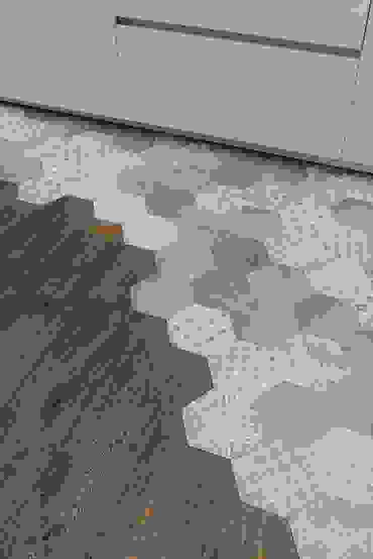 Dettaglio pavimento Cucina moderna di Orsolini Moderno Legno Effetto legno
