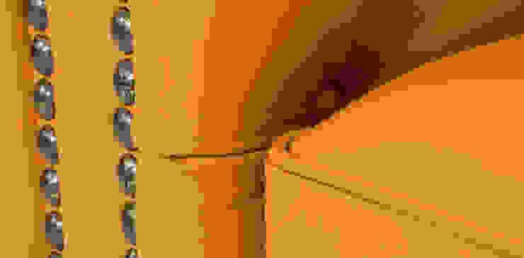 Sala Chesterfield Mostaza: Salas de estilo  por Casa de las Lomas,