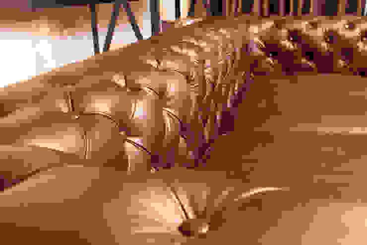 Sala Chesterfield Tabaco: Salas de estilo  por Casa de las Lomas,