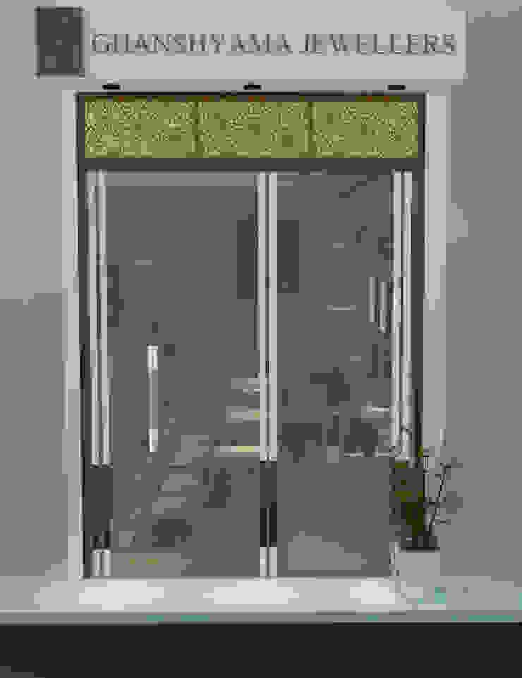 Espaços comerciais clássicos por Inaraa Designs Clássico