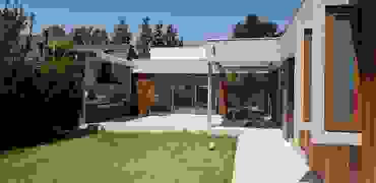 Remodelacion de fachada - patio - construccioón de quincho Balcones y terrazas modernos de Constructora CYB Spa Moderno