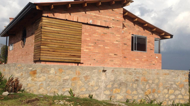 Country style house by Lopez Robayo Arquitectos Country Bricks