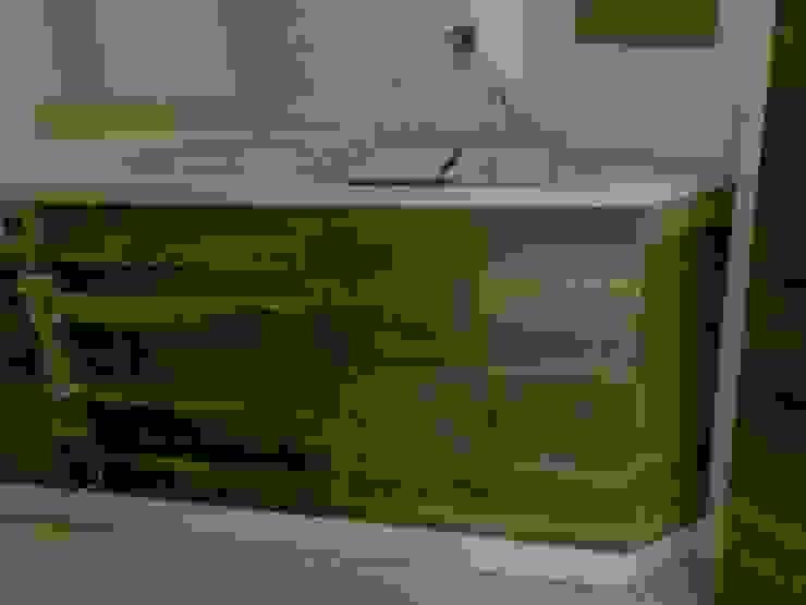 Salle de bain minimaliste par Solución en Carpinteria Minimaliste Bois massif Multicolore