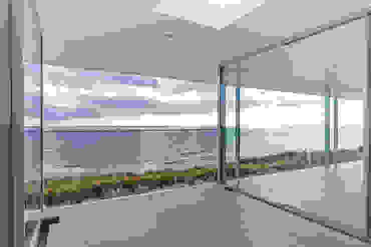 水平線の家 アウトドアリビング TAPO 富岡建築計画事務所 モダンデザインの テラス タイル 白色
