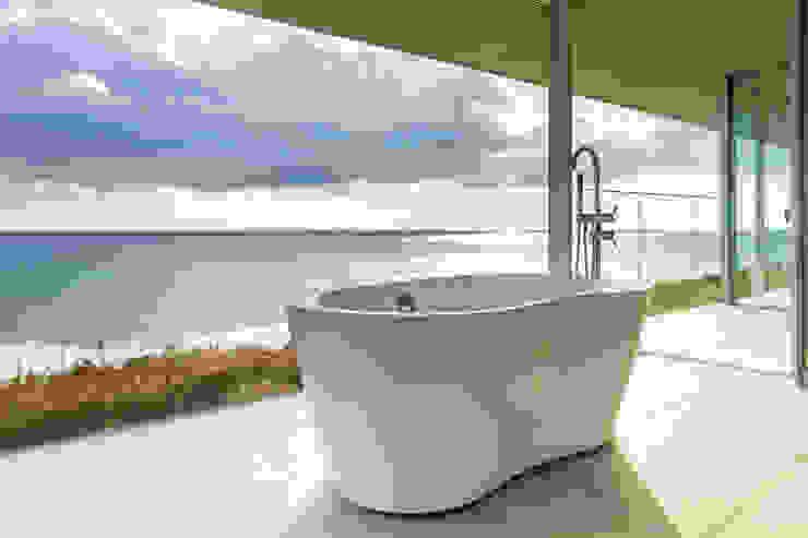 水平線の家 バスルーム モダンスタイルの お風呂 の TAPO 富岡建築計画事務所 モダン タイル