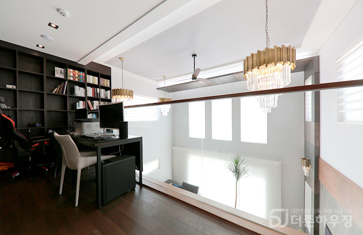 Modern Study Room and Home Office by 더존하우징 Modern