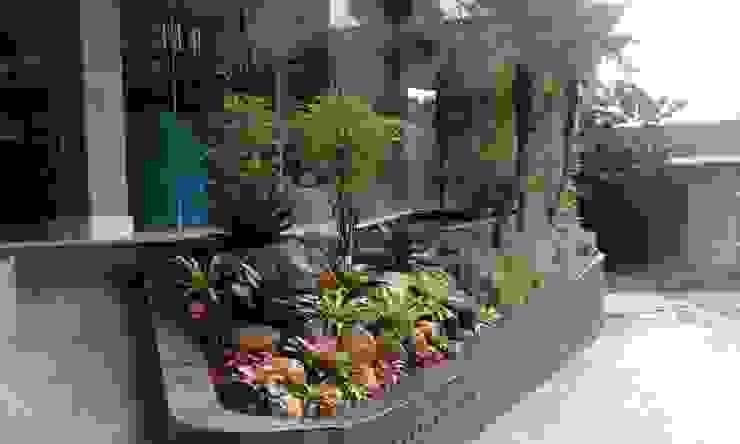 Jasa Pembuatan Taman Rumah, Perkantoran atau Gedung:modern  oleh Gardener Landscape, Modern