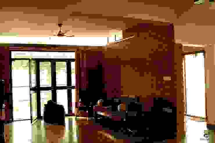 THE KULKARNI HOUSE:  Living room by de square