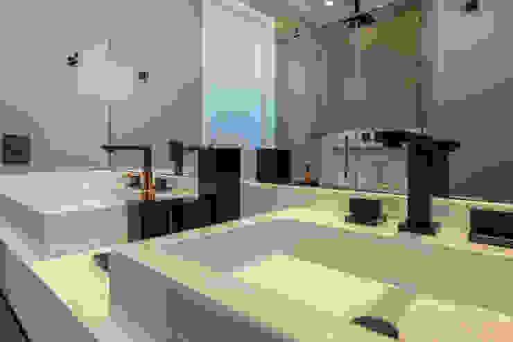 Kamar Mandi Modern Oleh LAM Arquitetura | Interiores Modern